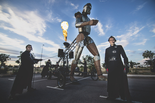 El Festival de Mérida presenta el pasacalles 'Aquiles', de LA FAM Teatre