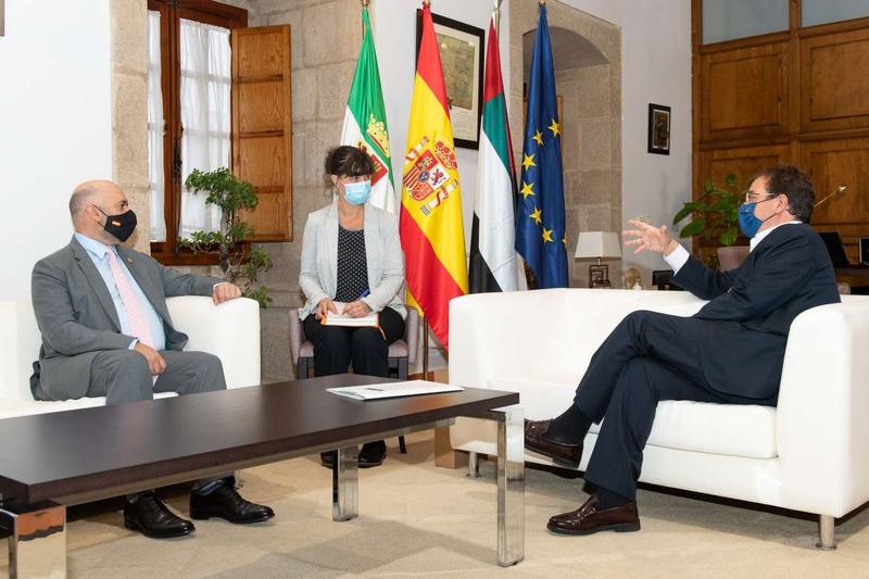 Fernández Vara mantiene un encuentro con el embajador de Emiratos Árabes Unidos en España