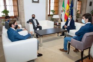 El presidente de la Junta de Extremadura se reúne con los novilleros Manuel Perera y Carlos Domínguez