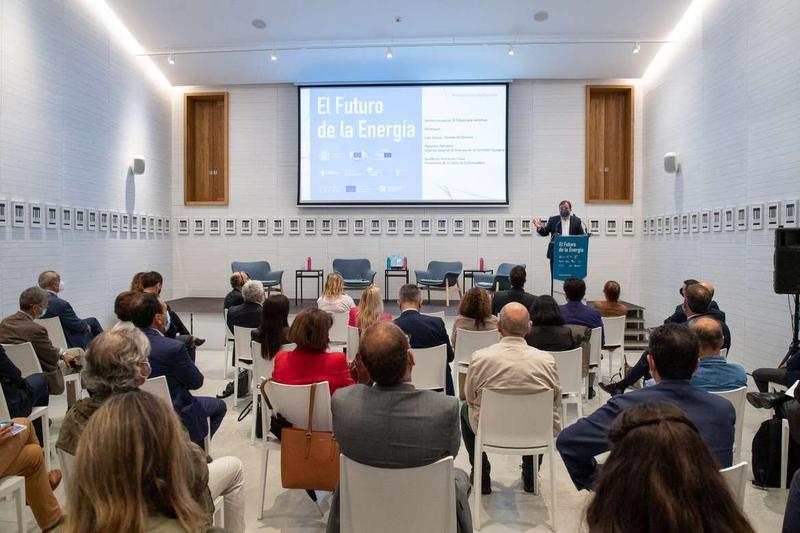 Fernández Vara afirma que las energías renovables están al servicio de los pueblos y son la base de su desarrollo industrial