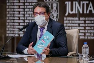 El consejero de Sanidad y Servicios Sociales presenta el Manual de Intervención Social Online para Personas Mayores