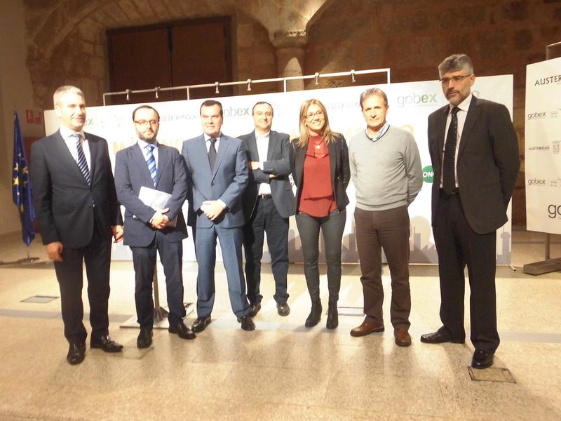El Gobierno regional junto con todos los grupos parlamentarios rubrican la Estrategia Industrial de Extremadura