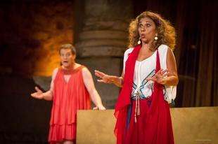 Una 'Asamblea de las Mujeres' salpicada de humor, cabar� y chirigota llena el Teatro Romano de M�rida